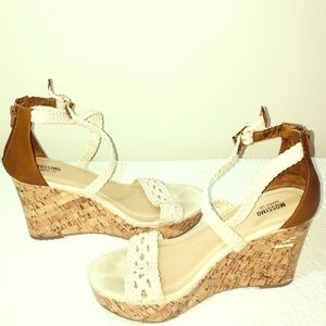 💥Cute White Wedge Sandals 7 1/2💥